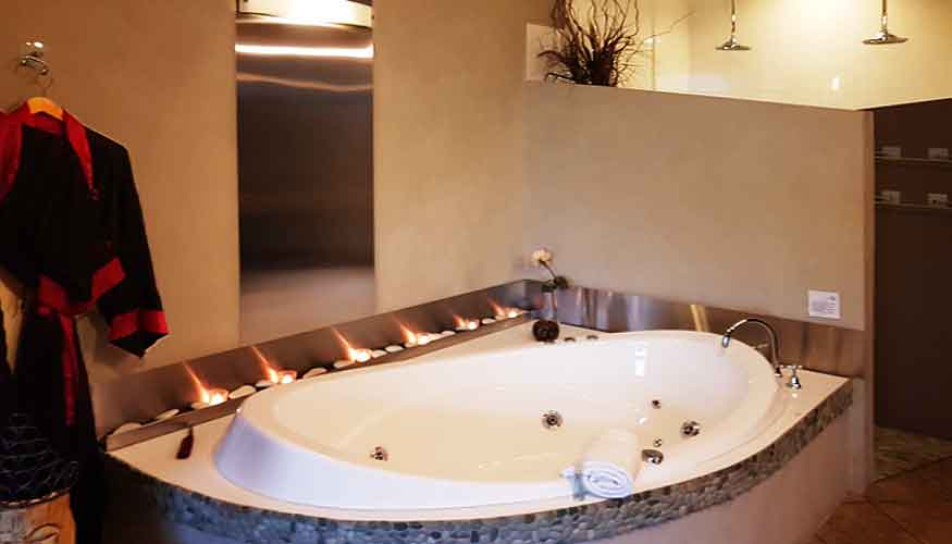 Spa bath accommodation at romantic getaway retreats in South Australia
